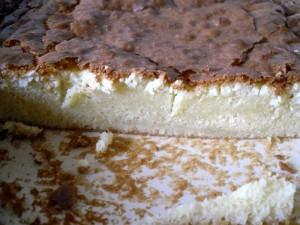 Le brownies au chocolat blanc coupé