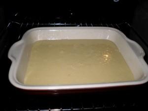 Le brownies au chocolat blanc dans le four