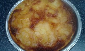 Gâteau aux poires caramélisées et noix de coco