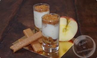 Panna cotta aux pommes caramélisées et brisures de crêpes dentelles