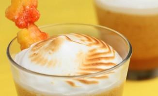Mousse de pêches jaunes, crème meringuée et sa brochette de pêche fraîche