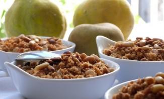 Compote de coings et pommes en crumble aux pignons