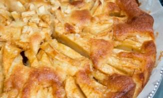 Gâteau aux pommes, caramel et perles de sucre