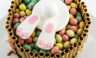 Le lapin de Pâques est tombé dans le gâteau