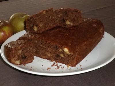 Gâteau aux pommes, chocolat, amandes, raisins secs