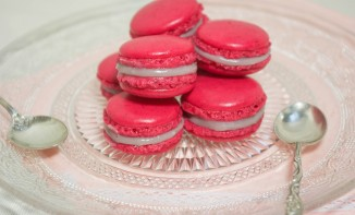 Macarons chocolat blanc, fruits rouges et basilic