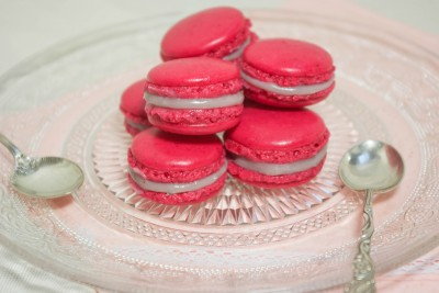 Macarons chocolat blanc, fruits rouges et basilic