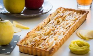 Tarte aux pommes sur lit de compote, pâte sablée à l'amande