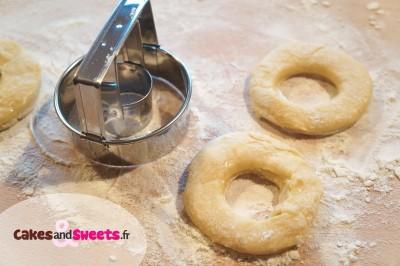 Préparation des beignets comme des donut