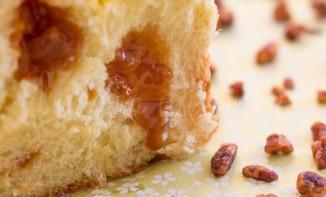 brioche caramel au beurre salé coulant et ses pépites de noix de pécan caramélisées